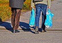 Los comercios de España empezaran a cobrar por las bolsas plásticas ¿Sabias que al año un español gasta unas 144 bolsas plásticas? Muchas de ellas son solo usadas una vez, terminando luego en la basura.